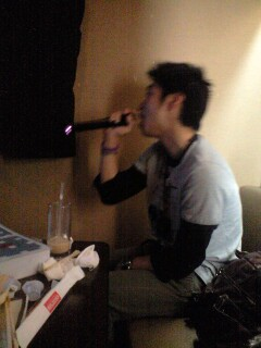 伊藤優一歌う。