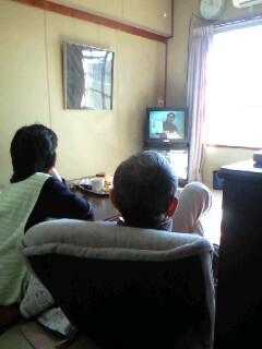 TVの中の息子を見る画