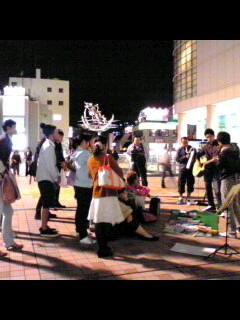 夜の路上に紙芝居登場!!