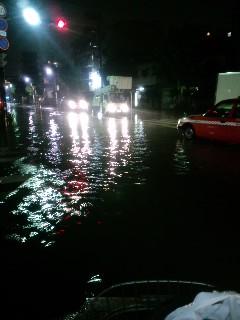 タクシー半分水に浸かる。